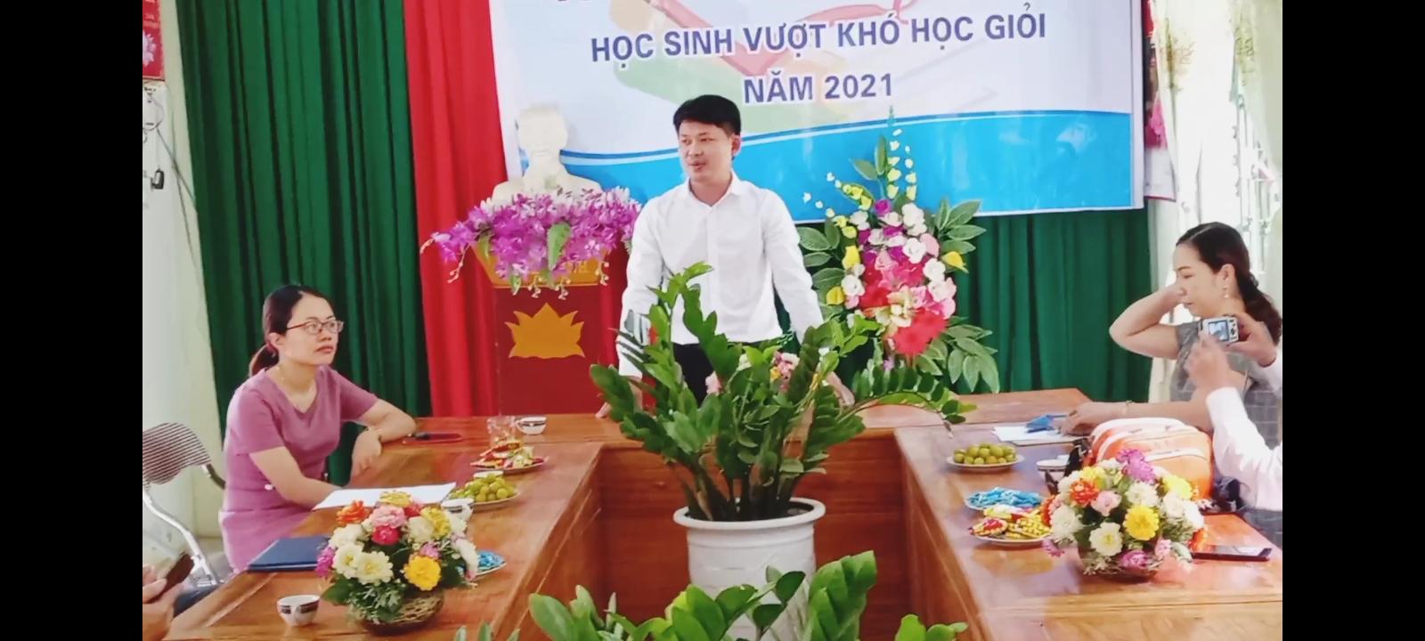 Liên hiệp Trí tuệ Việt Nam tuyên dương học sinh vượt khó học giỏi khu vực có điều kiện kinh tế khó khăn.
